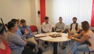 Schülerinnen und Schüler beim Workshop in der DGB Station angeleitet durch die ver.di Jugendsekretärin Agathe Hohmann